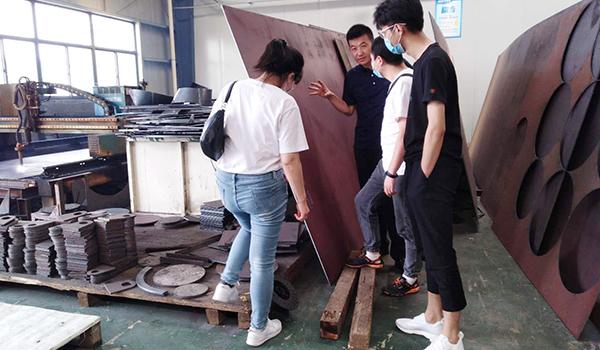 客户在佰斯拓二厂考察离心风机生产车间的板料板材及生产工艺